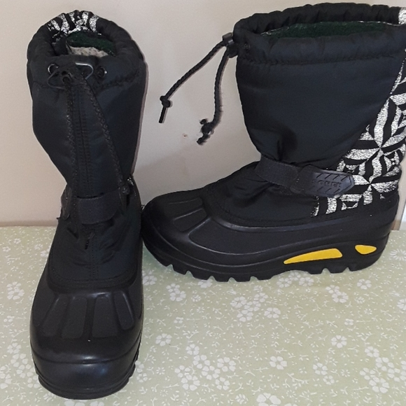 youth snow boots size 4